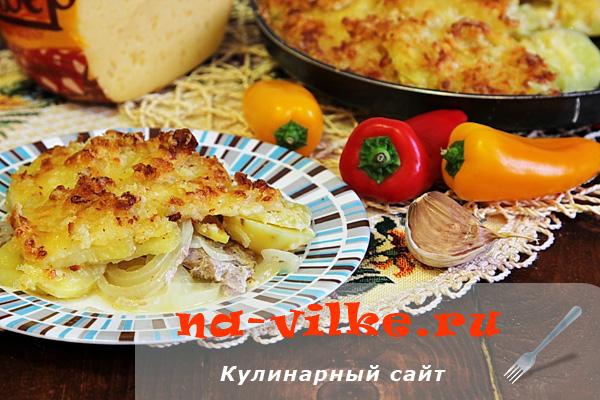 Запеченные свиные отбивные с картофелем под хлебной корочкой с сыром
