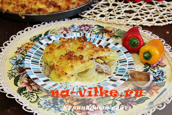 Запекаем свиные отбивные с луком, картофелем, сыром и хлебом