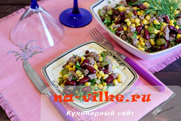 Вкусный салат с мясом, солеными огурцами, кукурузой и фасолью