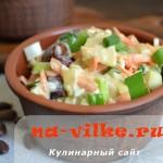 Вкусный салат с курицей, фасолью, морковью, яйцом и луком