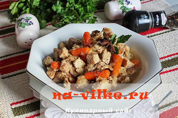 Свинина, тушённая в мультиварке с мини морковкой и сельдереем