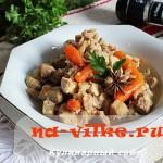 Как вкусно стушить свинину с луком, морковью и сельдереем