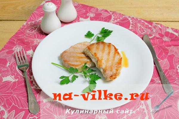 Стейк из свинины на сковороде гриль
