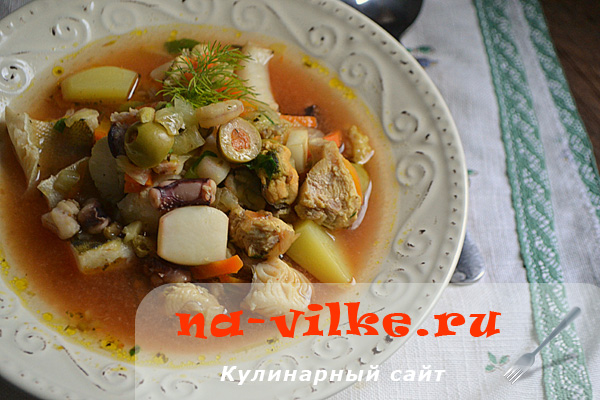 Аппетитный суп из курицы, морепродуктов и судака