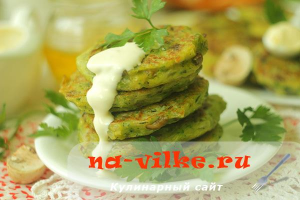 Готовим пышные оладьи из кабачков и грибов на сковороде