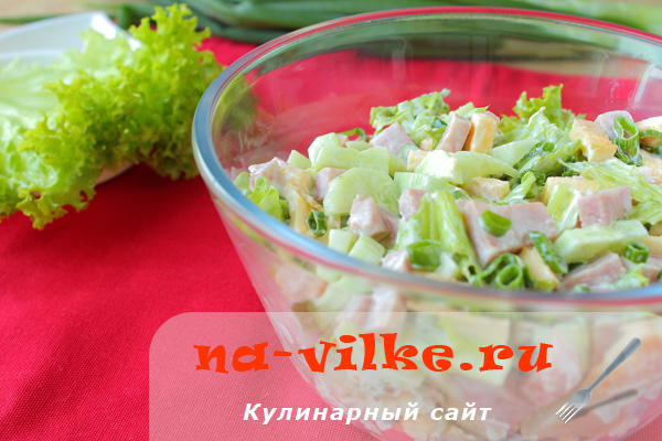 Салат с ветчиной, огурцами и омлетом