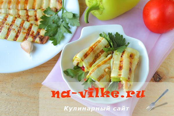 Рулетики из кабачков с овощами и омлетом