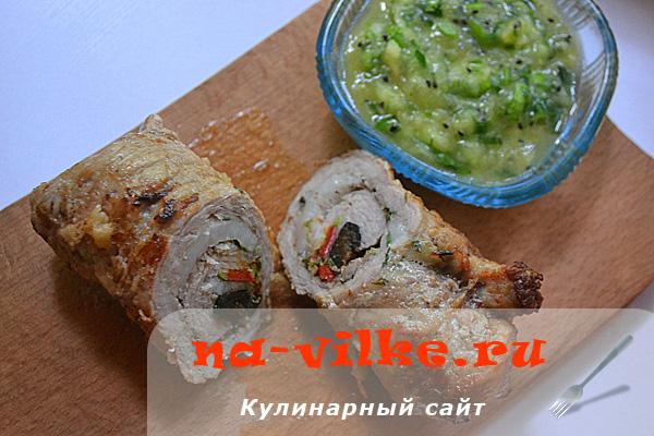 Рулетики из телятины с черносливом и соусом из киви