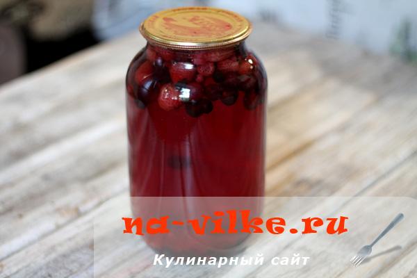 Компот из ягод клубники, малины и смородины на зиму