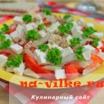 Аппетитный и легкий салат из курицы, помидоров, сыра и лука