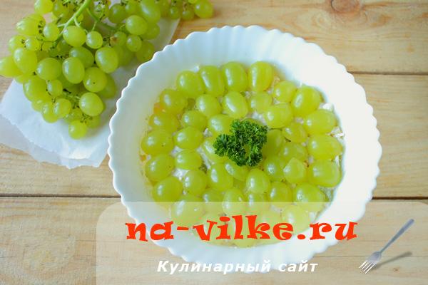 Готовим сочный салат с куриным филе, виноградом и яйцом