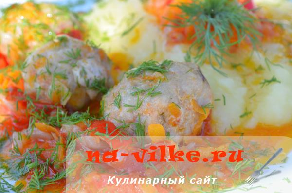 Тефтели из телятины на овощной подушке в мультиварке