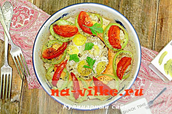 Запечённая в духовке яичница с перепелиными яйцами и овощами