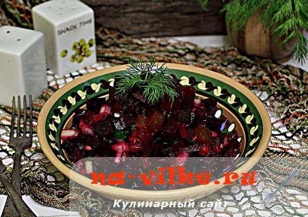 Салат с вареной свеклой и маринованными огурцами