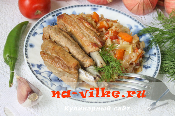 Тушенные свиные ребрышки с капустой и рисом