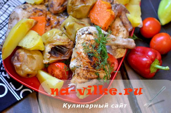 Цыплёнок с овощами и яблоками в духовке