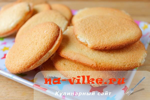 Бисквитное печенье с клубничным джемом