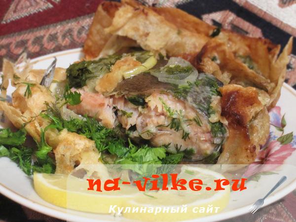 Запекаем красную рыбу в лаваше с лимоном и луком