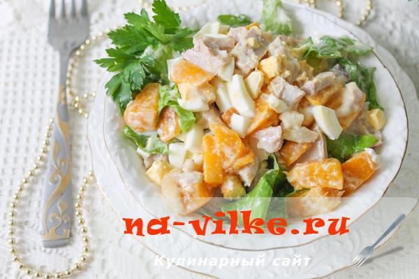 Салат с консервированными персиками и отварной курицей.