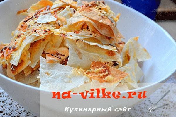 Чипсы из тонкого армянского лаваша с сыром и специями