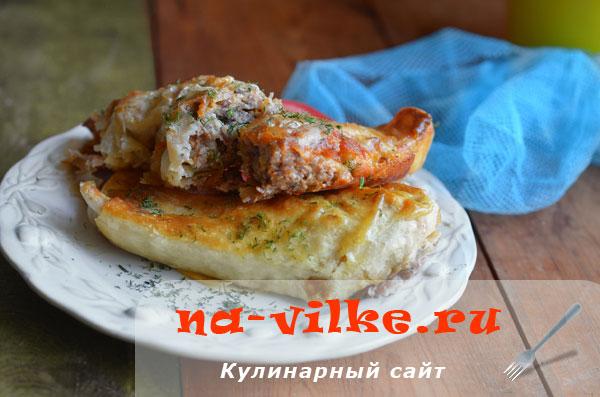 Запечённый рулет из лаваша, сыра и мясного фарша.
