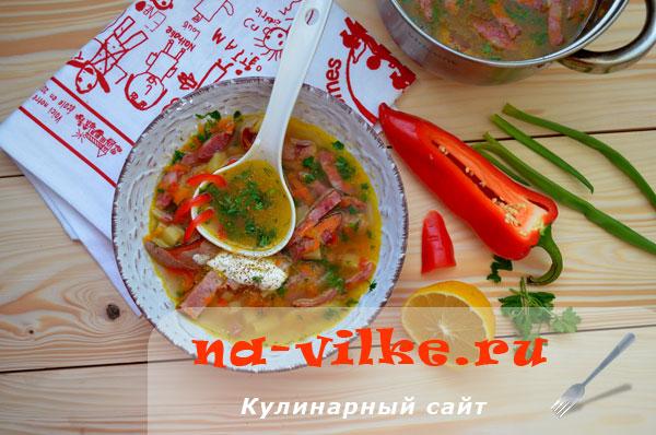 Вкусный суп с копчёными колбасками и ветчиной