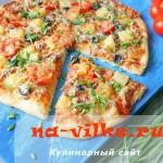 Пицца на домашнем тесте с начинкой из ананасов и свинины.