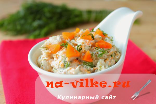 Готовим простой рыбный салат с морковью и зеленью
