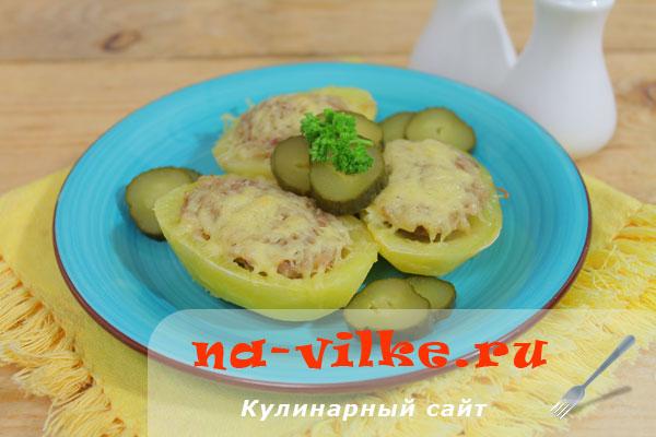 Запечённая в духовке под сыром картошка, фаршированная мясом.