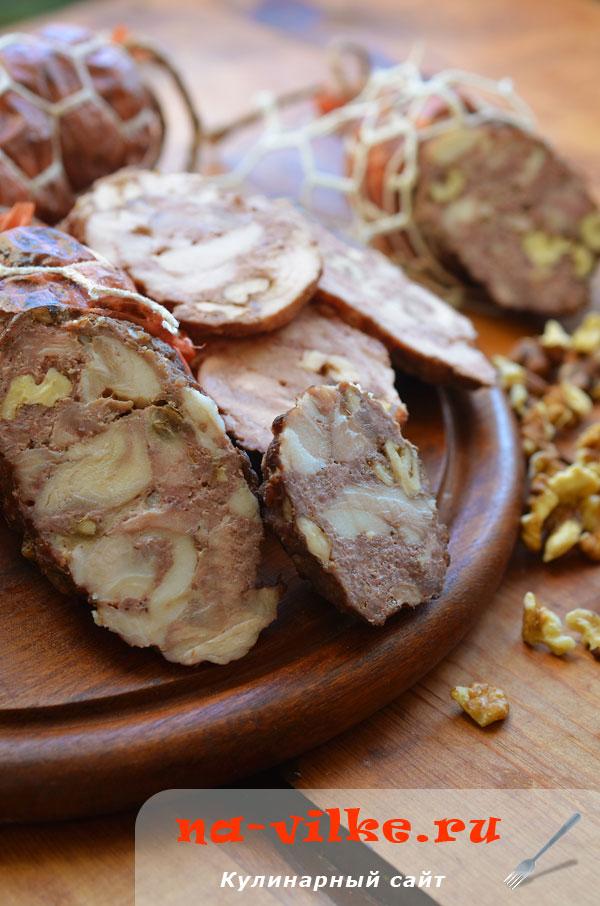 Домашняя колбаса с орехами