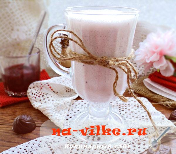 Молочно-ягодный коктейль с творогом и сметаной