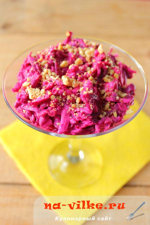 Салат из свеклы с орехами и плавленым сыром