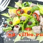 Салат из вареной говядины со шпинатом, апельсинами и изюмом.