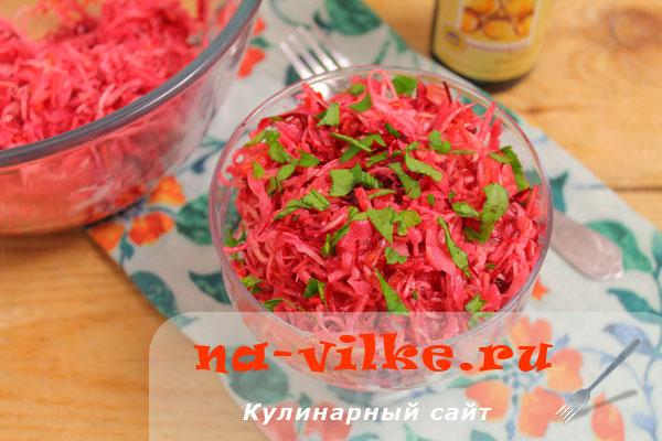 Витаминный салат из капусты, моркови и свеклы с яблоком
