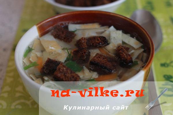 Бульон из куриного филе и овощей с омлетом