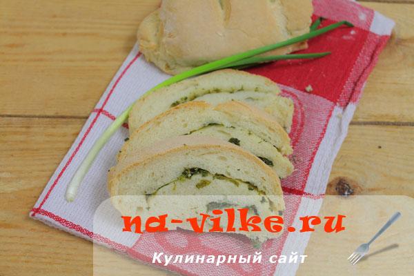 Белый хлеб с зеленью и чесноком