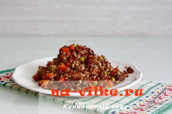 Гречка с мясом, зелёным горошком и мини морковкой в мультиварке