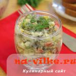 Салат из морской капусты, копчёной колбасы и вареных яиц.