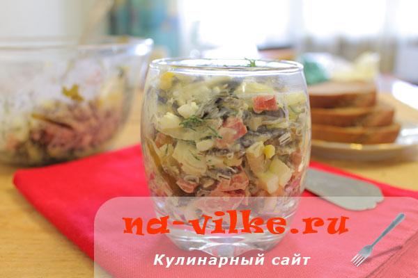 Салат из морской капусты с колбасой и яйцом