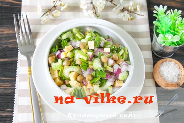 Салат с черемшой и нутом