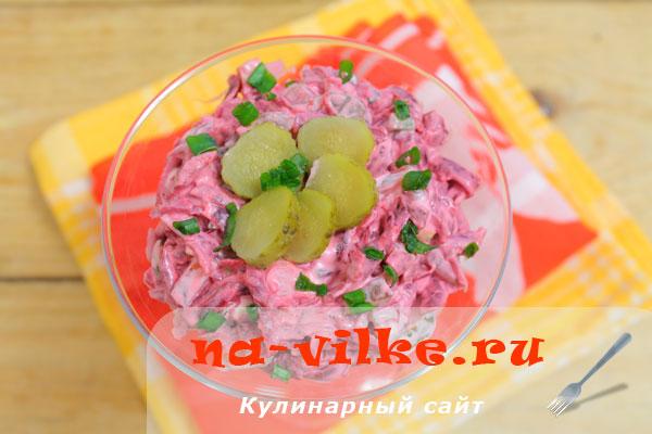 Свекольный салат с огурцами и зеленым луком