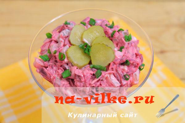 Свекольный салат с маринованными огурцами и зелёным луком.