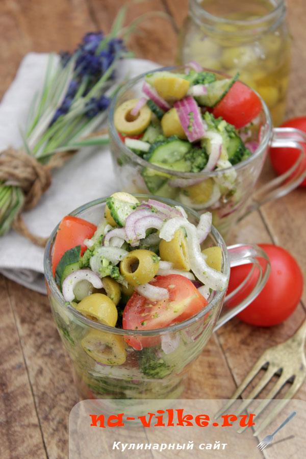 Салат из брокколи, с помидорами, оливками и огурцом