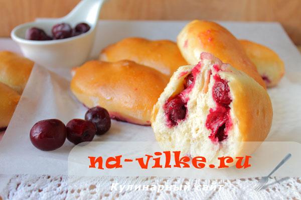 Духовые пирожки с вишней