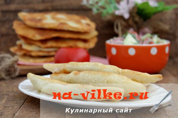 Вкусные чебуреки с начинкой из тертого сыра и картофеля