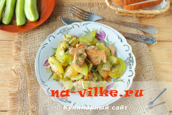 Тушеная с кабачками и помидорами свинина