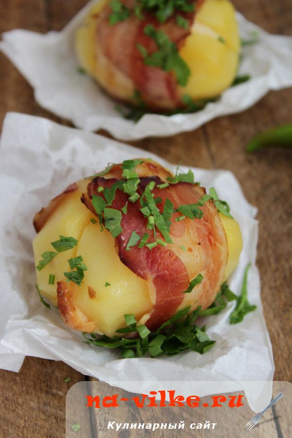 Запеченный картофель с сыром в беконе