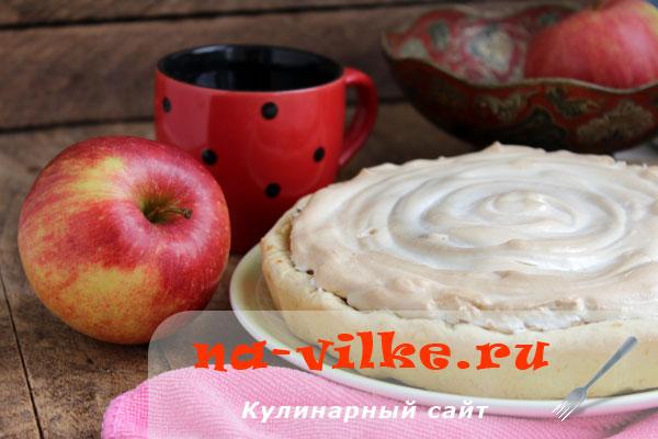 Красивый рассыпчатый пирог с яблоками и безе