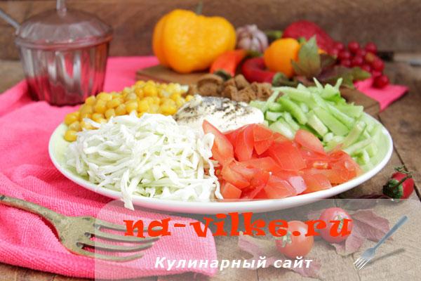Летний витаминный салат из капусты, помидоров и огурцов