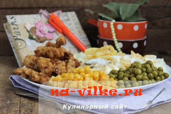 Оригинальный салат с жареным свиным мясом, кукурузой и горошком
